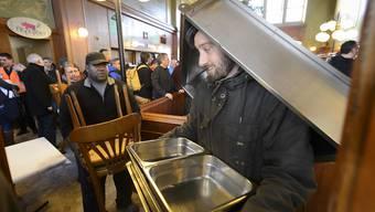 Viele der Käufer verliessen das Lausanner Bahnhofsbuffet am Mittwoch voll beladen.