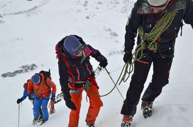 Jede der Frauen ist ienem Bergführer zugeteilt.