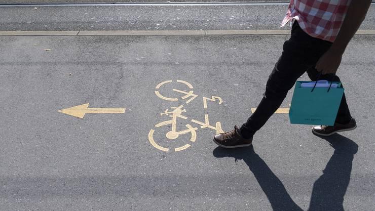 Das Aargauer Verkehrsdepartement lehnt Velofahrer auf dem Trottoir aus mehreren Gründen ab. (Symbolbild)