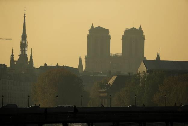 Morgendämmerung über der beschädigten Notre-Dame. Welche Auswirkungen hat der Brand auf Frankreich?