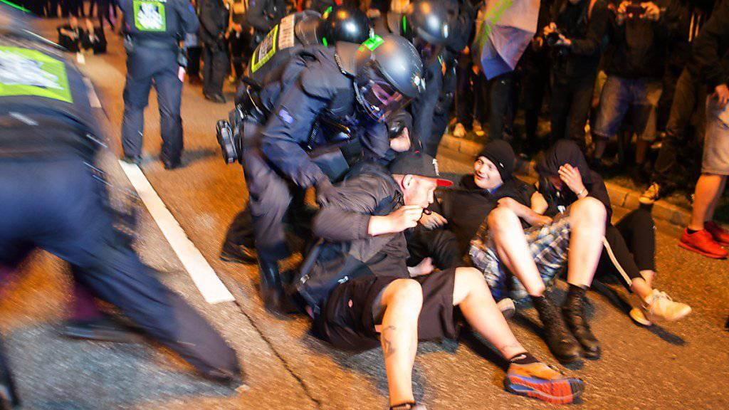 Der G20-Gipfel in Hamburg beginnt erst am Wochenende. Zahlreiche Demonstranten haben aber bereits Stellung bezogen und einen Grosseinsatz der Polizei ausgelöst.