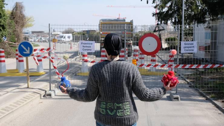 Ariane Lugeon mit den Stoffbomen vor der gesperrten Schweiz-Frankreich Grenze.Foto by Ana Vujić. JPG