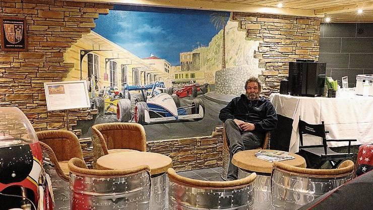 Hansueli Christen in der Garage der Auberge Passepartout in Zeihen, die auch als Partyraum benutzt werden kann.