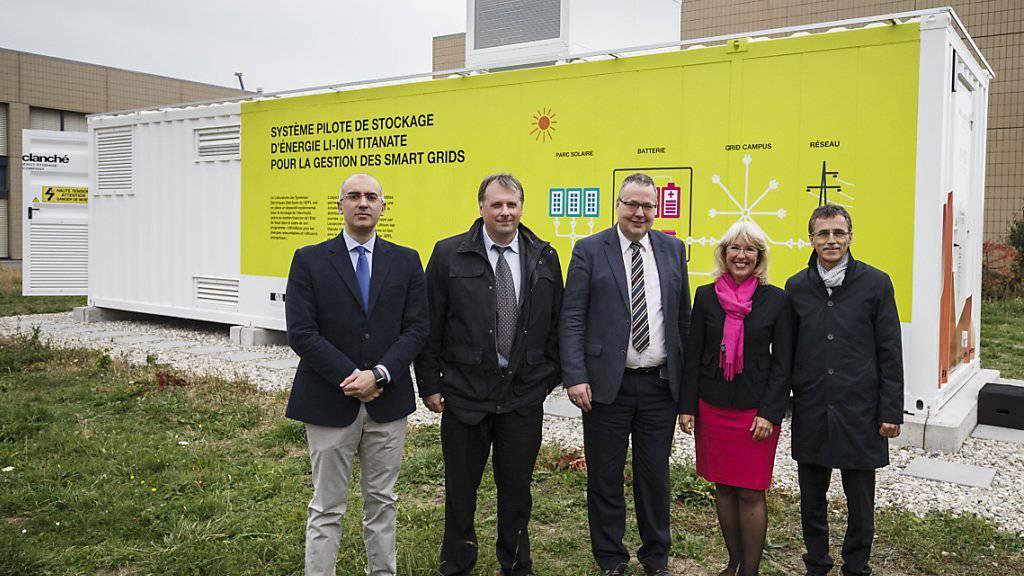 Die Projektverantwortlichen und die Waadtländer Staatsrätin Jacqueline de Quattro (FDP) vor der neuartigen Batterie an der ETH Lausanne (EPFL).