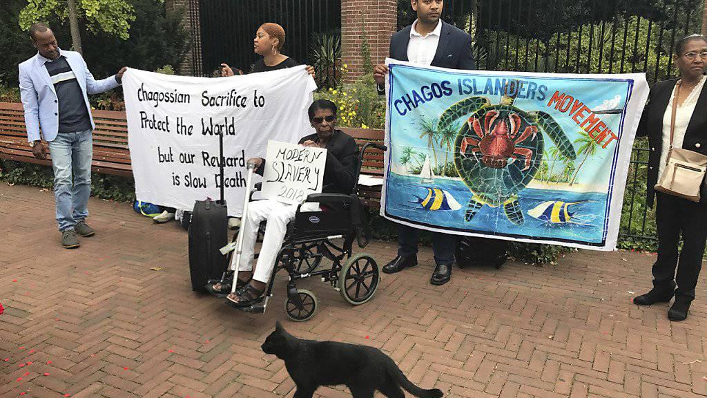 Vertreter der gewaltsam vertriebenen Bewohner des Chagos-Archipels protestierten vor dem Internationalen Gerichtshof.