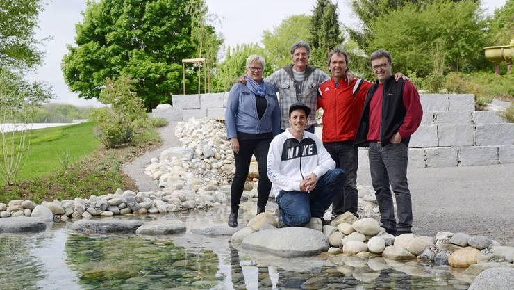 Das Schwimmbad Eichholz besitzt eine neue Wildwasser-Anlage. Das Team mit (vorne kniend) Dominik Gfeller und (von links) Beatrice Allemann, Roland Wälchli, Thomas Jenni und Roland Winz (Restaurant) wird ab heute wieder gefordert werden.