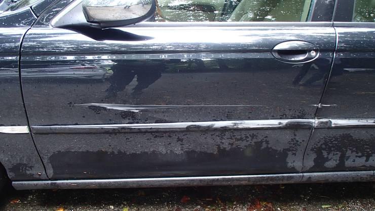 Dieses Auto wurde vom Traktor gestreift.