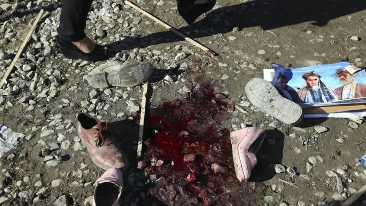 ARCHIV - Ein Blutfleck und Schuhe nach einem tödlichen Angriff. Mehr als 100.000 Menschen sind seit Jahresbeginn in Afghanistan vor Kämpfen und Gefechten aus ihren Dörfern und Städten geflohen. Foto: Rahmat Gul/AP/dpa