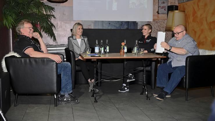 mit den Gastgebern Kurt Gilomen (links) und Dagobert Cahannes (rechts) und den Gästen Frau Landammann Brigit Wyss (l) und Extremsportlerin Carla Lemm (r)