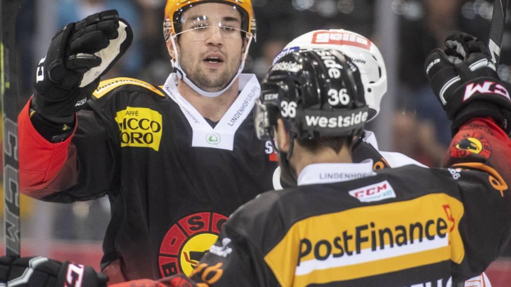 Simon Moser und Mark Arcobello jubeln, Bern gewinnt zum Auftakt der Saison 6:3