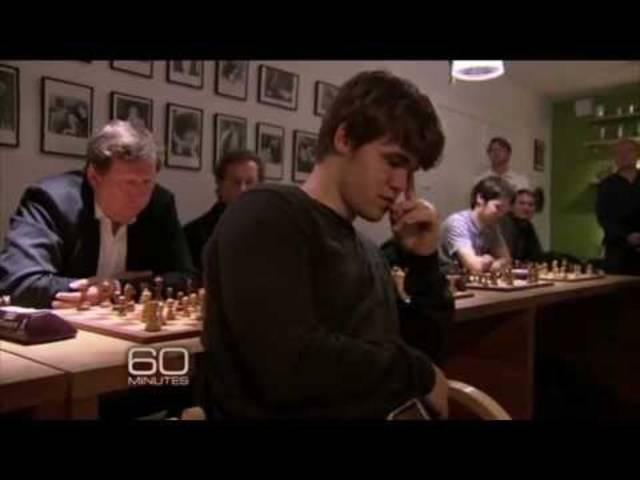Magnus Carlsen gewinnt blind gegen zehn Gegner gleichzeitig