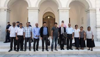 Kulam Chelliah (4. von rechts), sein Anwalt Marcel Bosonnet (5. von rechts) und weitere Tamilen vor dem Bundesstrafgericht.
