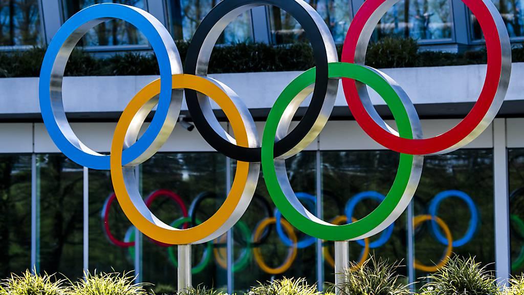 Olympische Sommer- und Winterspiele werden laut einer neuen Studie tendenziell immer weniger nachhaltig. Im Bild: Die Olympischen Ringe am Eingang des IOC-Gebäude. (Archivbild)