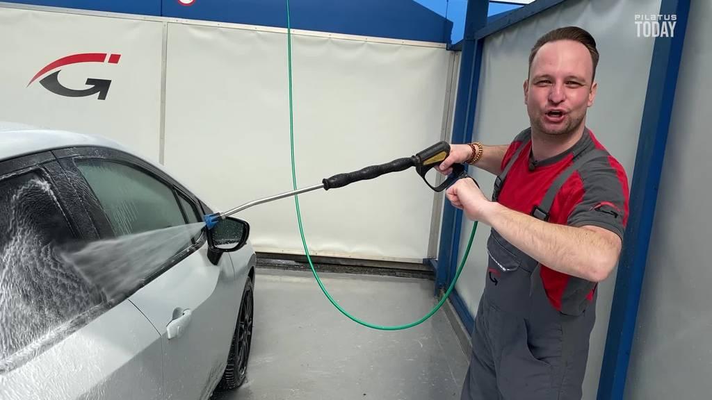 Maik Wisler wäscht das Auto von Gewinner Tobias