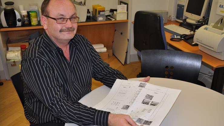 Vorbereitet Gerhard Zumsteg mit dem detaillierten Plan für das Impfzentrum in Rheinfelden. (dvk)