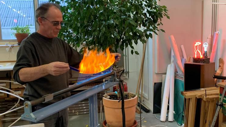 Roland Ammann beim Anfertigen einer Leuchtröhre in seinem Atelier.