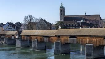 Im Rhein in der Nähe der historischen Holzbrücke zwischen Bad Säckingen D und Stein AG wurden seit Donnerstagabend mutmasslich zwei Männer vermisst. Einer der beiden Männer wurde jetzt tot aufgefunden. (Archivbild)
