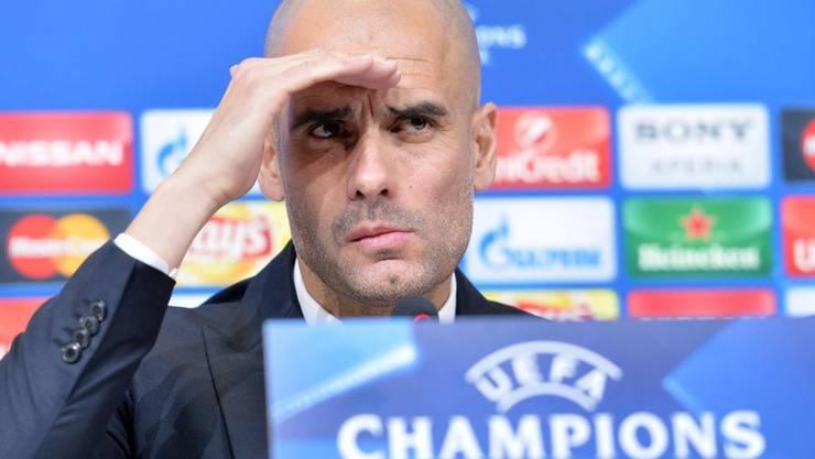 Bayerns Trainer Pep Guardiola schaut an der Pressekonferenz vor dem Auswärtsspiel gegen Juventus Turin kritisch in den Raum
