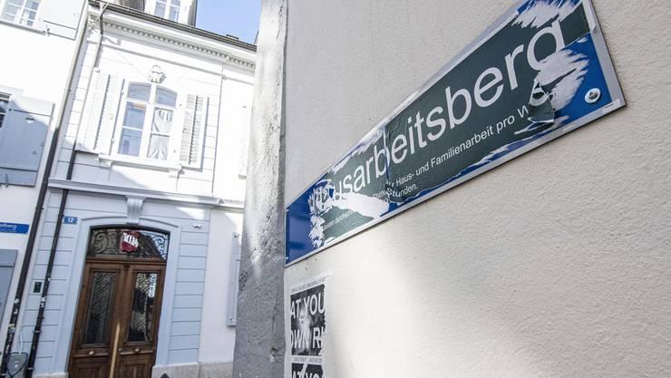 Erfolgloser Abkratzversuch: Das überklebte Strassenschild am Imbergässlein in der Innenstadt.