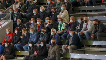 Zuschauer mit Masken im Kleinholz.