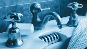 Reparieren Sie tropfende Wasserhähne.