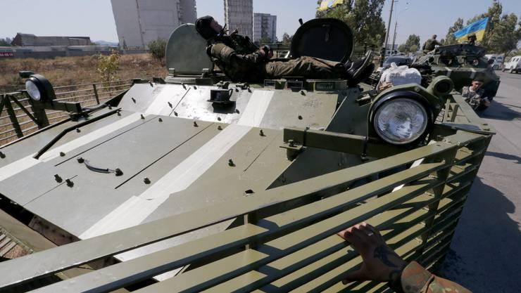 Ukrainische Soldaten in Mariupol ruhen sich aus.