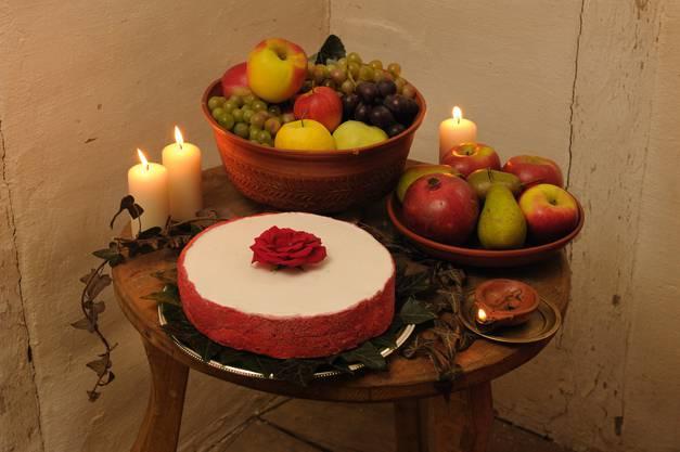 Rpömische Tafel mit Süssigkeiten und Früchten