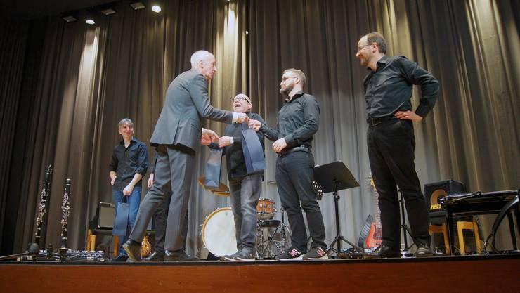Das Dani Häusler Komplott bekommt von Gemeindepräsident Bruno Knecht einen feinen Tropfen