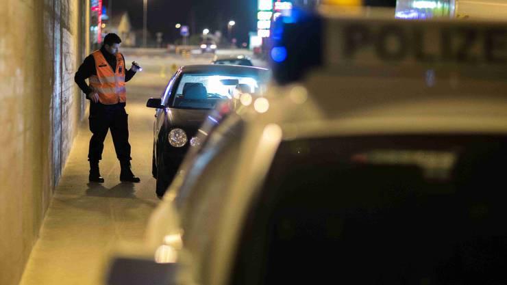 Bei der Fahrzeugkontrolle entdeckten die Grenzwächter am Lenkrad und am Armaturenbrett Spuren von Kokain. (Symbolbild)
