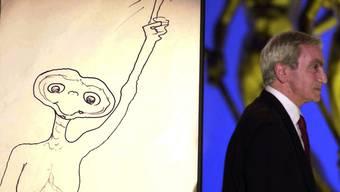 Carlo Rambaldi neben einer ET-Zeichnung in Rom 2002 (Archiv)