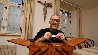 Im Nähkästchen der Schweiz am Wochenende finden sich auf Lösli verschiedene Begriffe. Abt Peter hat «Weihnachten» herausgefischt.