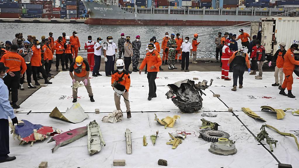 Trümmerteile werden im Hafen Tanjung Priok zur Inspektion ausgelegt.
