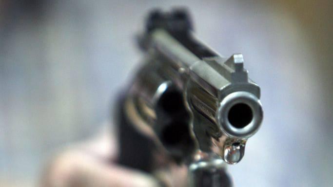 Der Mann bedrohte die Frauen mit einer Faustfeuerwaffe. Die Polizei kann zum jetzigen Zeitpunkt nicht sagen, ob es sich dabei um eine Pistole oder einen Revolver handelt.