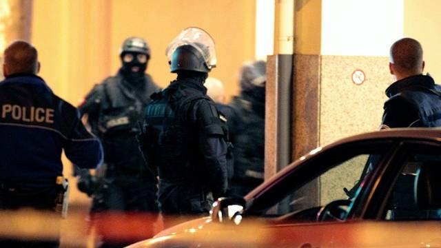 Polizisten sperren das Quartier nach dem Raubüberfall ab