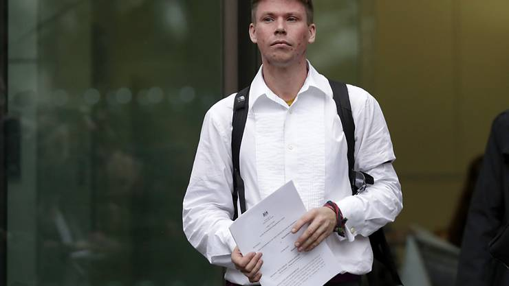 Der Brite Lauri Love mit den Auslieferungspapieren: Der Hacker soll in die USA überstellt werden. (Archivbild)