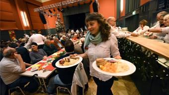 Die Kundenweihnacht gehört zu den schönsten Weihnachtstraditionen Basels: Am kostenlosen Fest für Randständige und Alleinstehende im Kleinbasler Union helfen 30 Freiwillige mit. Juri Junkov