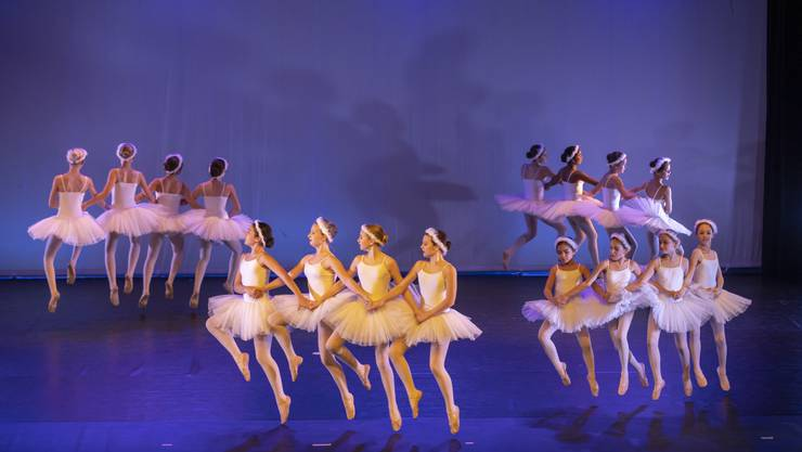 Die Choreografien des Stücks «Ballett – vom Sonnenkönig bis heute» waren an das unterschiedliche Können der 100 Schülerinnen aller Altersstufen angepasst.