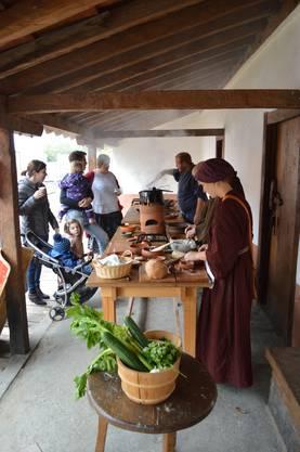 Die römischen Offiziere gewähren den Besuchern einen Einblick in ihre Küche.