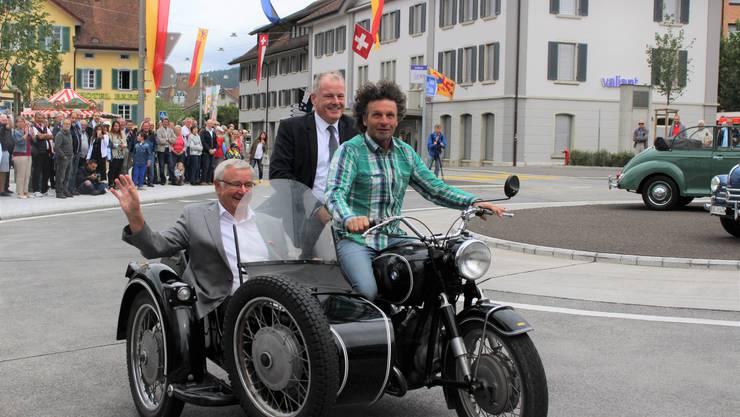 Einweihung Lindenplatz-Kreisel in Reinach: Gemeindeammann Martin Heiz und Baudirektor Stephan Attiger drehen mit Ex-Grünen-Grossrat Ruedi Weber eine Runde um den Kreisel.