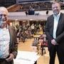 Die Entspannung ist ihm anzusehen: Hans-Jürg Reinhart (l.) geniesst die Standing Ovations. Daneben Markus Eichenberger.