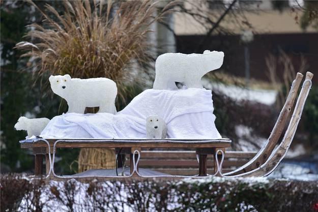 Die Dekoration mit Eisbären wirk mit Schnee um einiges natürlicher.