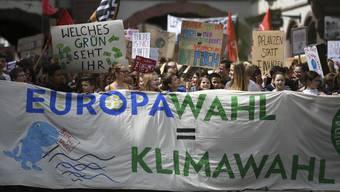 Am Freitag vor der Europawahl hielten diese Schülerinnen und Schüler in Freiburg im Breisgau ihre Klima-Demo ab – offensichtlich mit Erfolg.