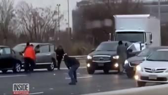 Verkehrschaos in New Jersey: Menschen laufen auf dem Highway herum.