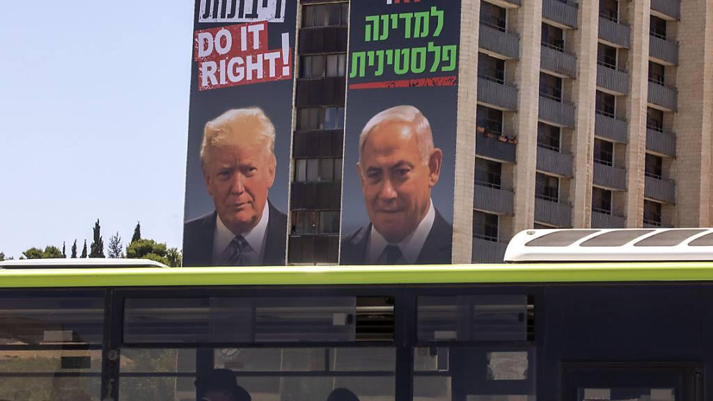 Plakate mit den Gesichtern von US-Präsident Trump (l) und dem israelischen Ministerpräsidenten Netanjahu hängen in Jerusalem. Netanjahu will nach einem Medienbericht im Fall von Annexionen im Westjordanland zunächst mit drei Siedlungsblöcken beginnen. Foto: Oded Balilty/AP/dpa
