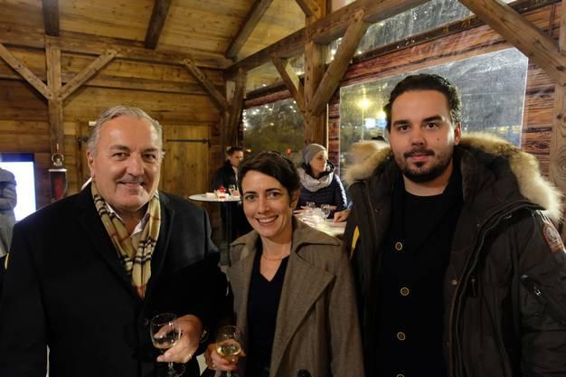 Neu gibt es im Fonduechalet Hemmi-Kaffee. Klar also, dass auch Inhaber René Schläpfer (links) mit Sohn und Mitarbeiter Mario Schläpfer vor Ort war, hier zusammen mit Jasmina Ritz von der Limmatstadt AG.