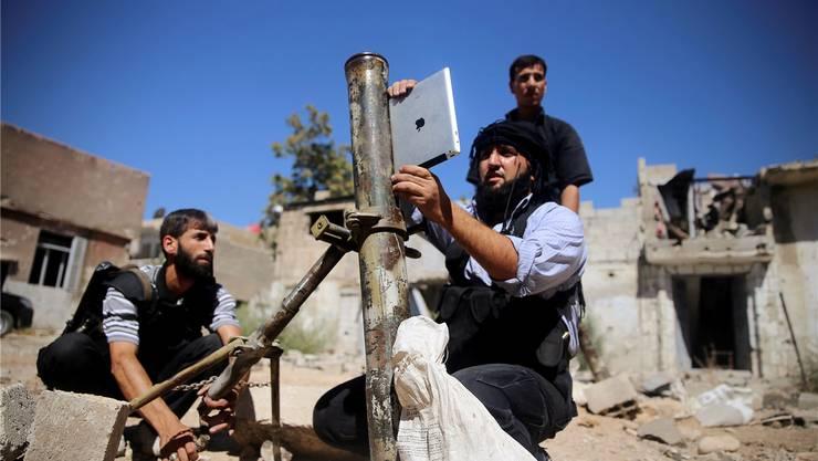 Syrien: Google-Daten und iPad beim Richten eines Minenwerfers aus dem vorletzten Jahrhundert.Mohamed Abdullah/reuters