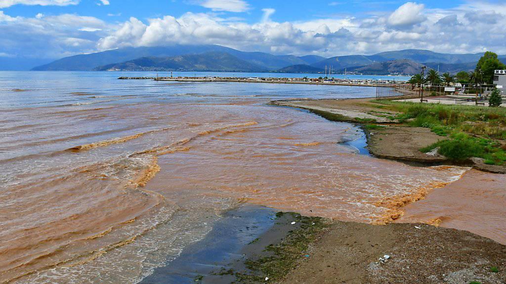 Schwere Unwetter mit Überschwemmungen verderben zahlreichen Touristen ihre Ferien in Griechenland.