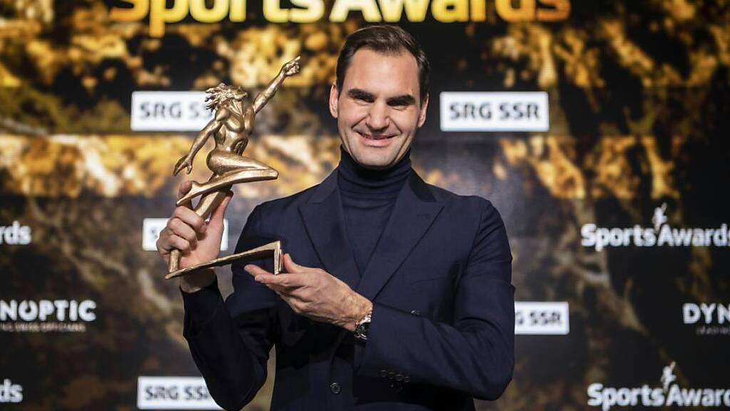 Ein strahlender Roger Federer freut sich über die Auszeichnung zum besten Schweizer Sportler der letzten 70 Jahre
