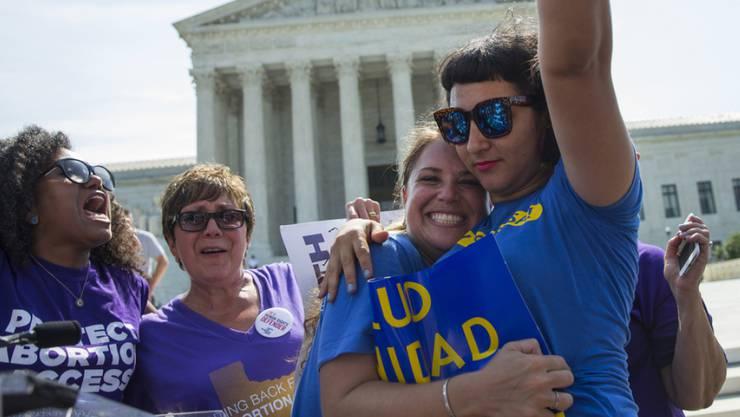 Befürworterinnen einer liberalen Abtreibungspraxis bejubeln am Montag vor dem Supreme Court in Washington dessen Entscheid.