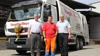 Stolz auf das neue Fahrzeug (v. l.): Geschäftsführer Martin Gautschi, Fahrer Daniel Arpagaus und Daniel Niederhauser, Leiter Technik. CM